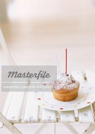 Coupe du gâteau d'anniversaire sur chaise