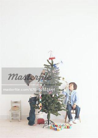 Décoration d'un arbre de Noël des enfants