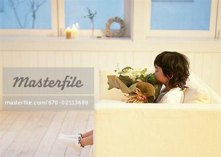 Enfant tenant un bouquet de fleurs