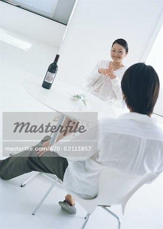 Un couple bénéficiant pour boire du vin