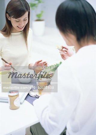 Un couple à la table à manger