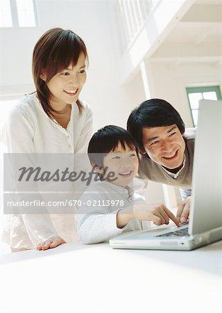 Parents et un fils à l'aide d'ordinateur portable