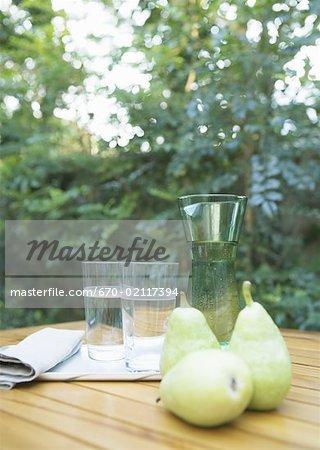 Poire et verre d'eau