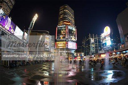 Centre Eaton au crépuscule, Yonge-Dundas Square à Toronto, Ontario, Canada