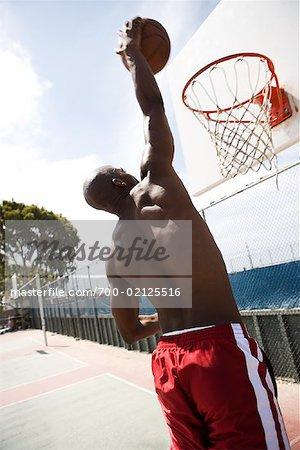 Mann spielen Basketball auf Aussenplatz, Long Beach, Kalifornien
