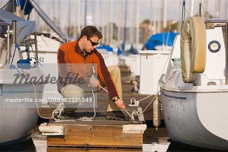 Mann binden Segelboot Dock, Long Beach, Kalifornien