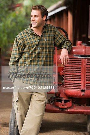 Porträt des Mannes gelehnt Traktor, Long Beach, Kalifornien