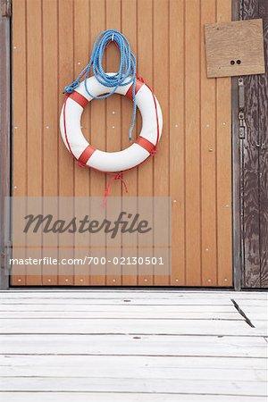 Gilet de sauvetage sur le côté du hangar à bateaux, St Peter-Ording, Nordfriesland, Schleswig-Holstein en Allemagne