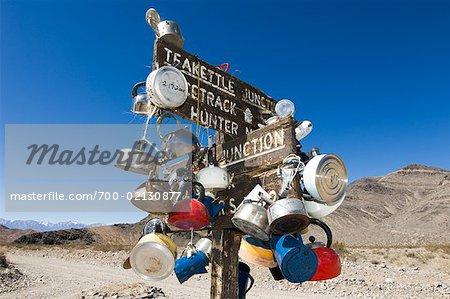 Pots suspendus hors de signe, une bouilloire Junction, or Valley Road, Death Valley, Californie, USA