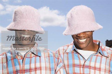 Teenage jumeaux à faire correspondre les chapeaux et chemises.