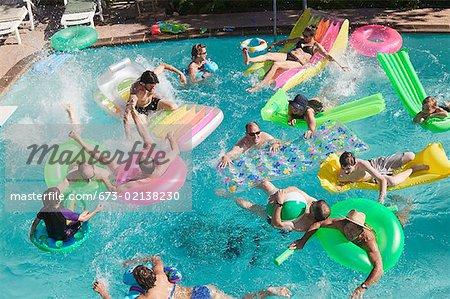 Vue aérienne d'une fête à la piscine.