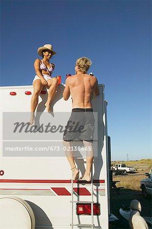 Jeune couple avec un véhicule récréatif