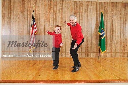 Jeune garçon et homme dansant sur scène