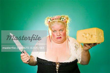 Femme germanique avec cale de couteau et fromage