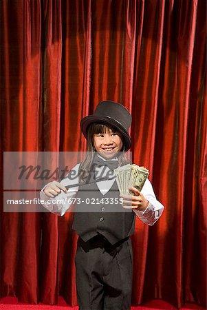 Asian girl, effectuant un tour de magie sur scène