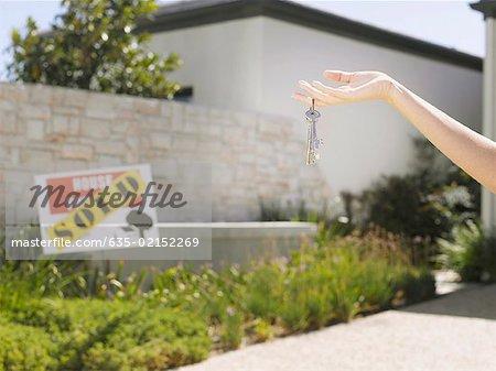 Frau mit Schlüssel für neue Heimat