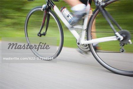 Mouvement floue d'un cycliste pédalant