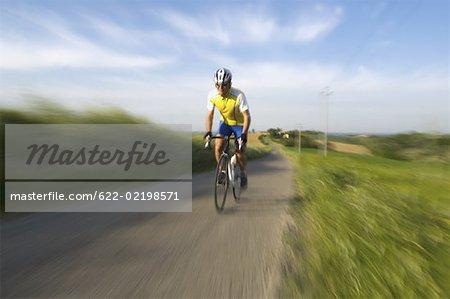 Vue de face d'un homme cyclisme sur route