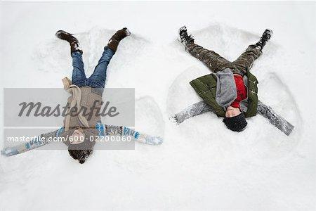 Kinder machen Schnee-Engel