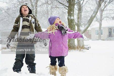Enfants attraper des flocons sur leurs langues