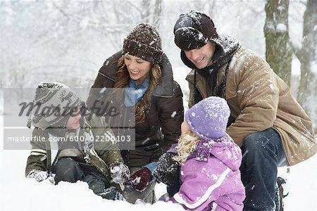 Famille en plein air en hiver