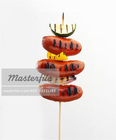 Brochette de saucisses grillées