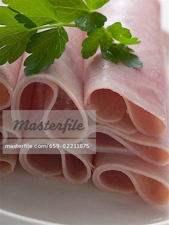 Rouleaux de jambon garnie avec du persil (gros plan)