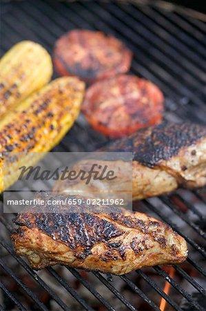 Hähnchenbrust, Tomaten und Maiskolben auf dem Grill