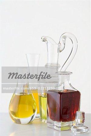 Différents types d'huile dans les carafes & bouteille de vinaigre balsamique