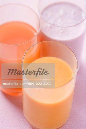 Heidelbeer-Milch und zwei verschiedene Säfte (obenliegende Ansicht)