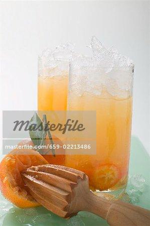 Zitrusfrüchte und crushed-Eis in zwei hohe Gläser