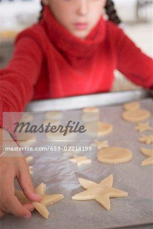 Mädchen Vermarktung Ausschnitt Kekse backen Pergament