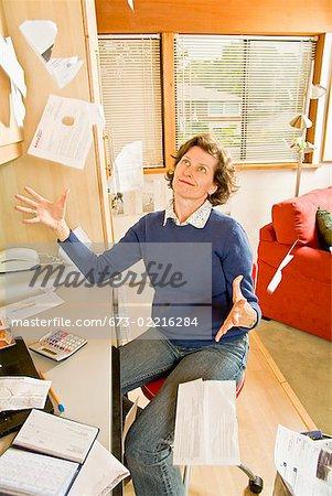 Frustrierten Frau warf Rechnungen im home-office