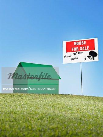 """Kleines Modell Haus neben """"""""for Sale"""""""" zu unterzeichnen."""