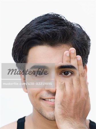 Portrait d'un jeune homme qui couvre son borgne avec sa main