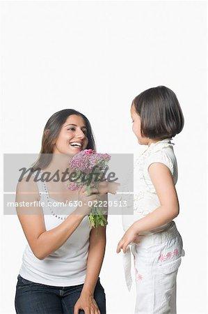 Profil De Cote D Une Fille Avec Sa Mere Tenant Un Bouquet De Fleurs