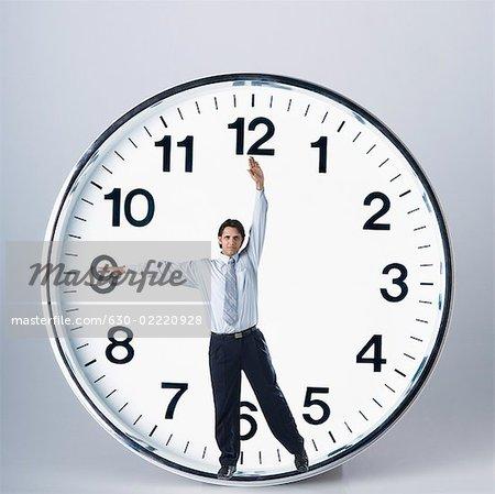 Homme d'affaires dans une horloge