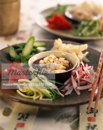 Salade de légumes cru avec graines de sésame et la sauce de soja
