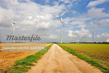 Éoliennes et route de campagne