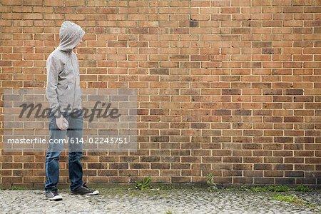 Garçon de mur avec la bombe aérosol