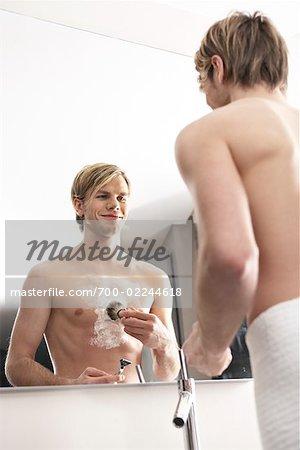 Mann rasiert Brust