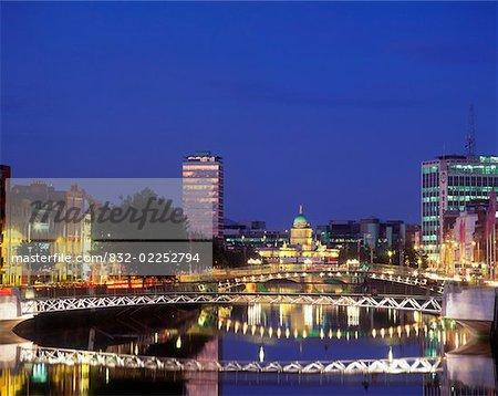 La rivière Liffey, Millenium Bridge, pont Ha'penny et Custom House dans le lointain, Dublin, Irlande