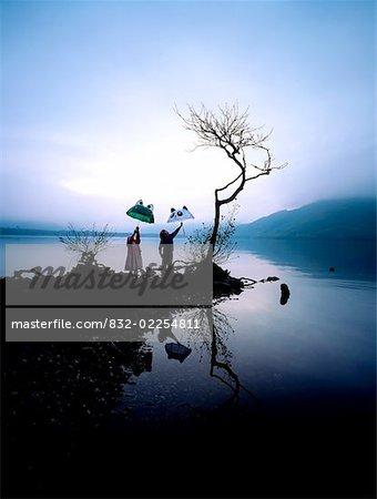 Kinder In den Regen, Lough Leane Killarney, Co. Kerry, Irland