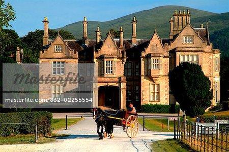 Muckross House, Killarney, comté de Kerry, Irlande ; Boghei devant mansion