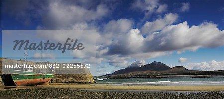 Old Head, comté de Mayo, Irlande ; Vieux chalutier de pêche sur la plage