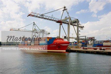 Portiques et bateau au chargement à quai, Rotterdam, Pays-Bas
