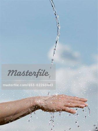 Wasser auf der Rückseite der Hand einer person