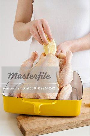 Femme farce poulet au citron et ail
