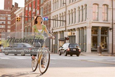 Vélo de femme à travers la ville