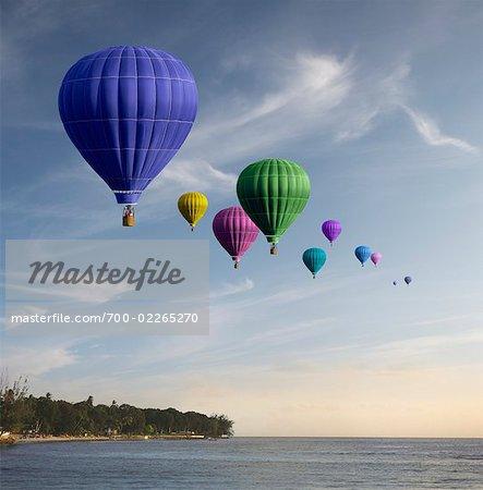Ballons à Air chaud au-dessus de l'eau